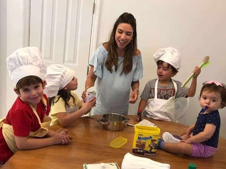 Patrícia Abravanel se diverte com os filhos na cozinha