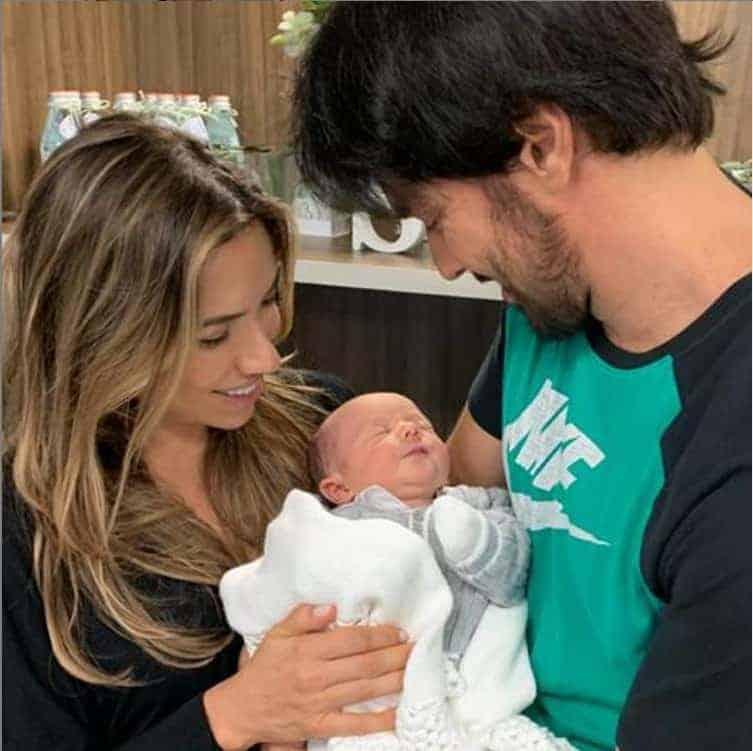 O Fábio Faria compartilhou esta foto ao lado da esposa Patrícia Abravanel e do filho