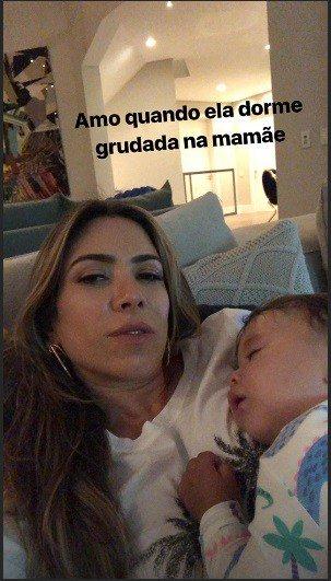 A fofa Jane dormiu agarradinha na mamãe