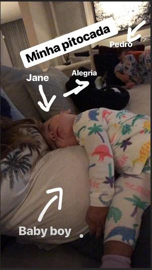 Filha de Patrícia Abravanel dormindo em sua barriga de grávida