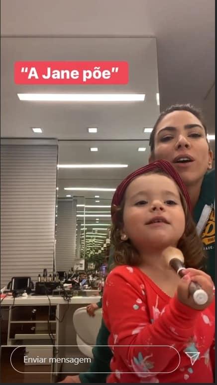 Patrícia Abravanel no closet com sua filha