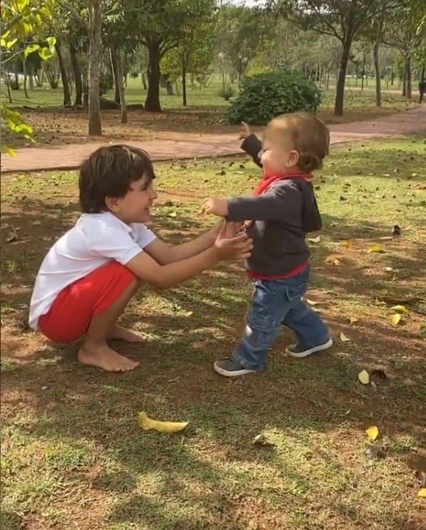 Filho de Patrícia Abravanel andando com a ajuda do irmão mais velho