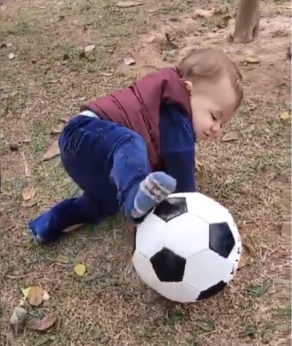 O bebê de Patrícia Abravanel apareceu jogando bola