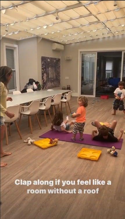 Patrícia Abravanel brincando com filhos em sua mansão