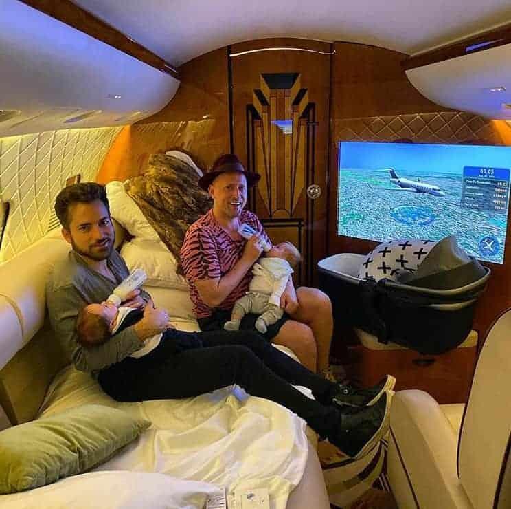 Paulo Gustavo no avião particular com o marido e os filhos