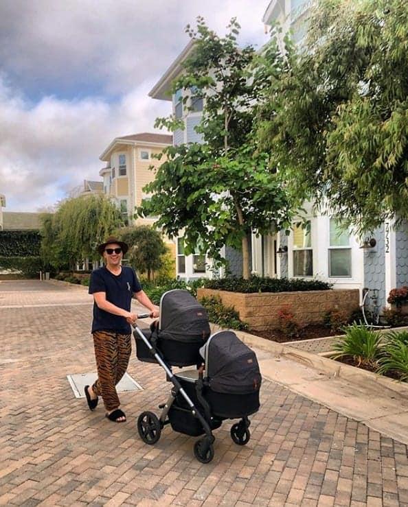 Paulo Gustavo com os bebês Romeu e Gael