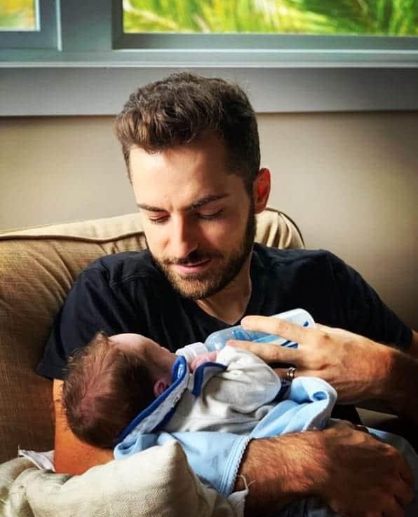 Marido de Paulo Gustavo com um dos bebês gêmeos deles