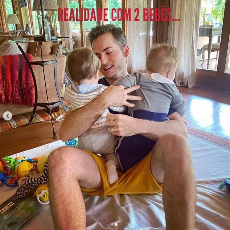 Marido de Paulo Gustavo com os filhos gêmeos no colo