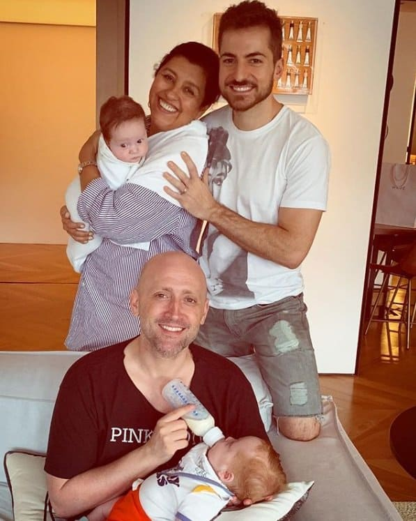 Regina Casé com Paulo Gustavo e os dois bebês dele
