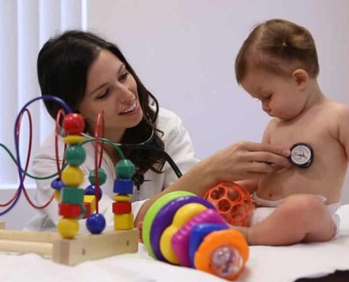 Saiba que pode ajudar os bebês nas consultas com os pediatras