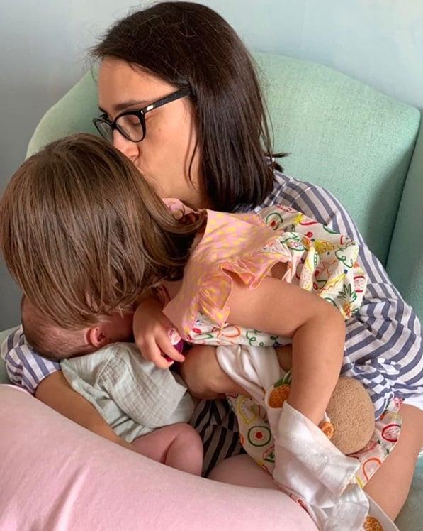 Esposa de Pedro Bial com as duas filha deles