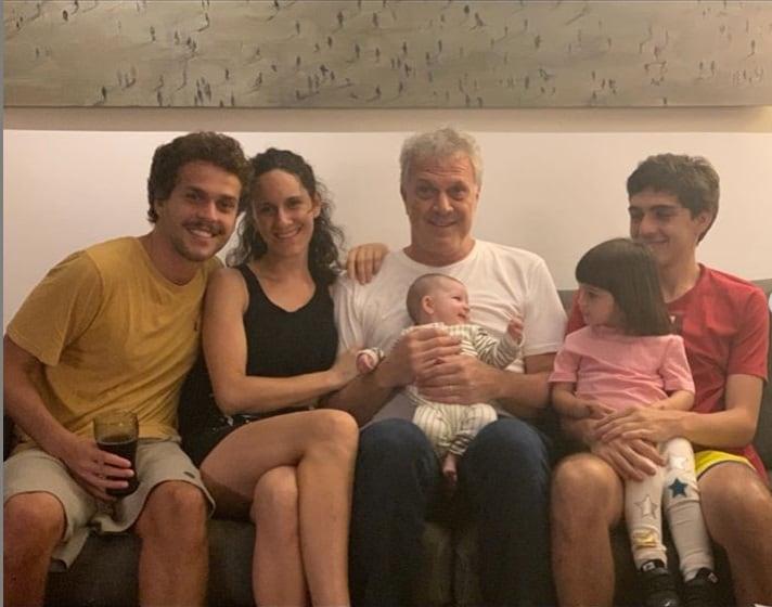 Pedro Bial rodeado por seus cinco filhos