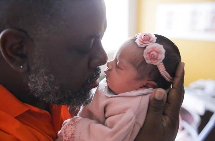 Péricles mostrou ensaio newborn da filha