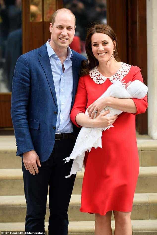 A duquesa Kate Middleton e o príncipe William saindo da maternidade