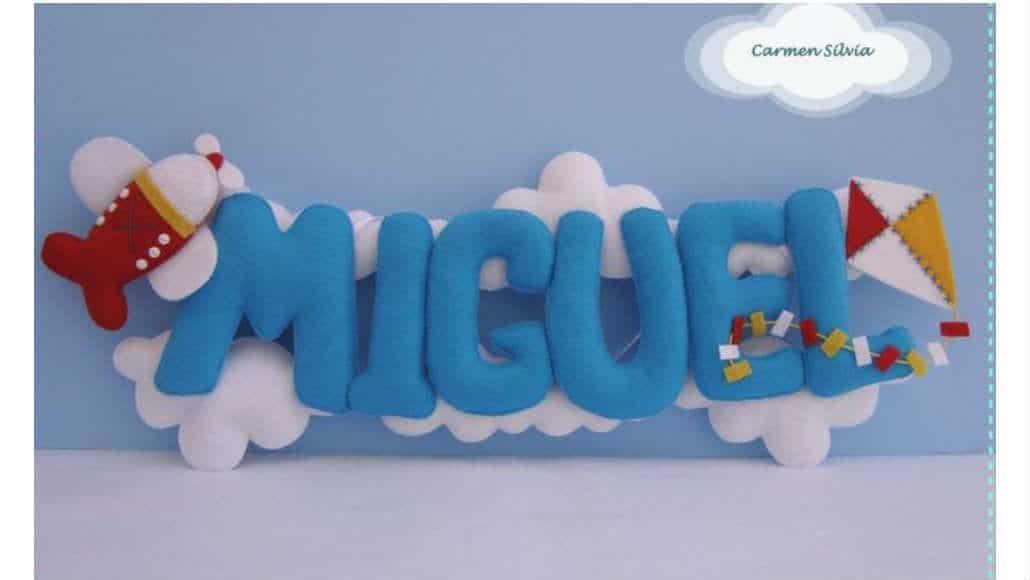 Enfeite de porta de maternidade com nuvens em feltro