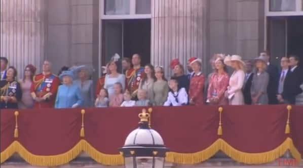 Família Real durante evento e a princesa Charlotte aproveitando