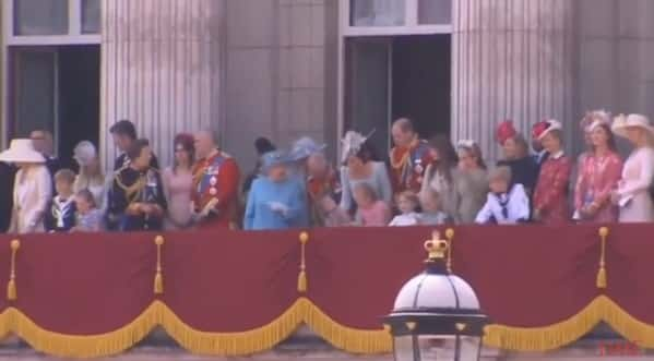 Antes de cair a princesa Charlotte ainda levou uma bronca da duquesa Kate Middleton