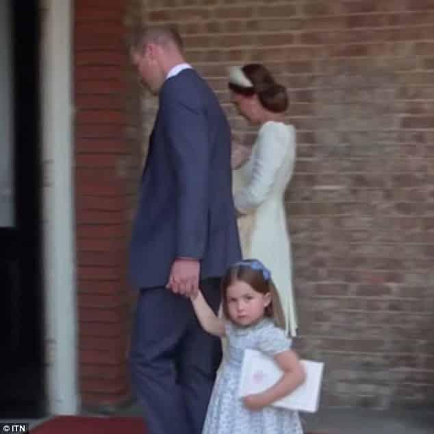 Princesa Charlotte olhando para a imprensa que acompanhou o batizado de Louis