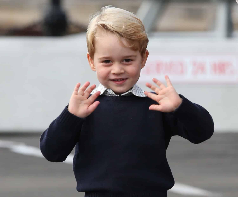 O príncipe George acenando