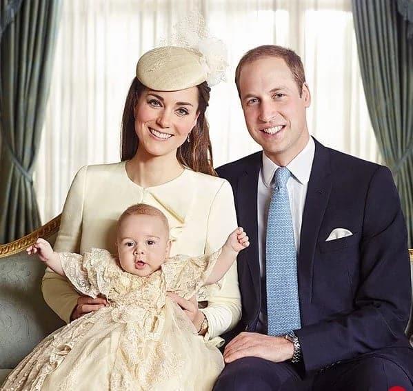 Príncipe George no colo de seus pais durante seu batizado