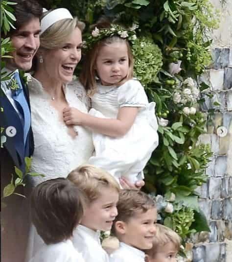 A princesa Charlotte no colo de sua madrinha a noiva Sophie Carter