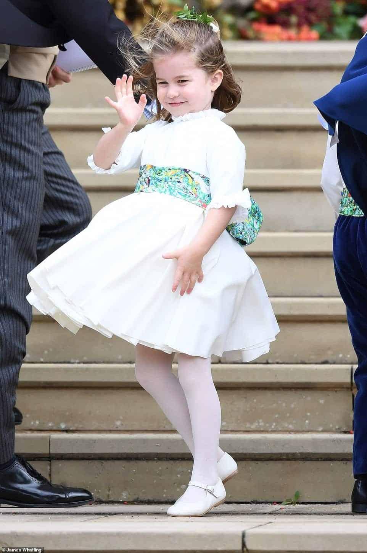 Princesa Charlotte deu show de fofura como daminha