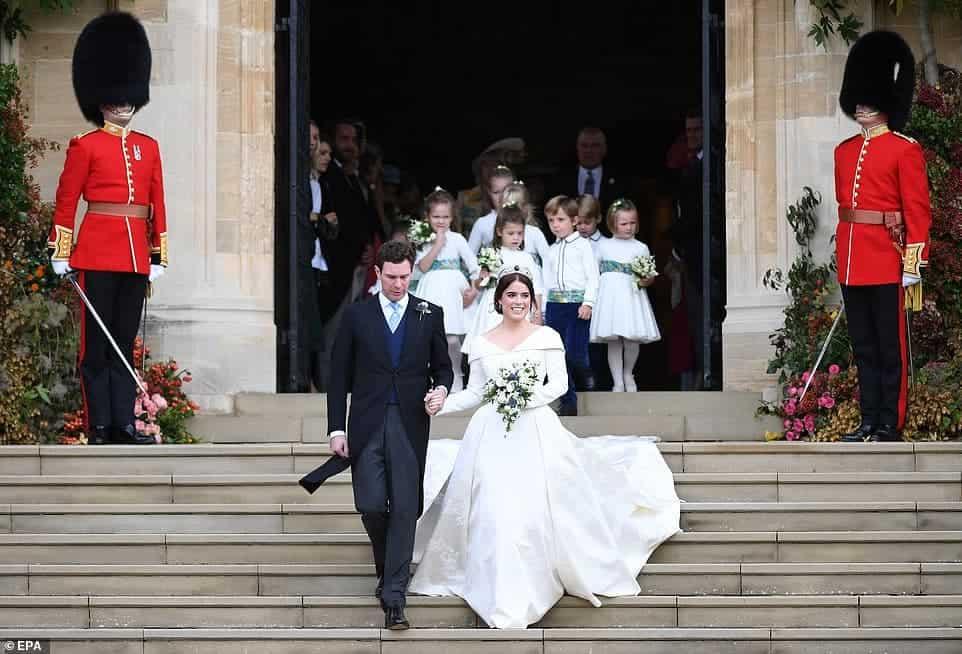 Essa publicação mostra a saída dos noivos da igreja