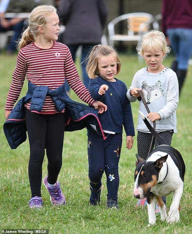 Também daminhas: Savannah, 7 anos, Isla Philips, 6 anos, e Mia Tindall, 4 anos as bisnetas da Rainha Elizabeth