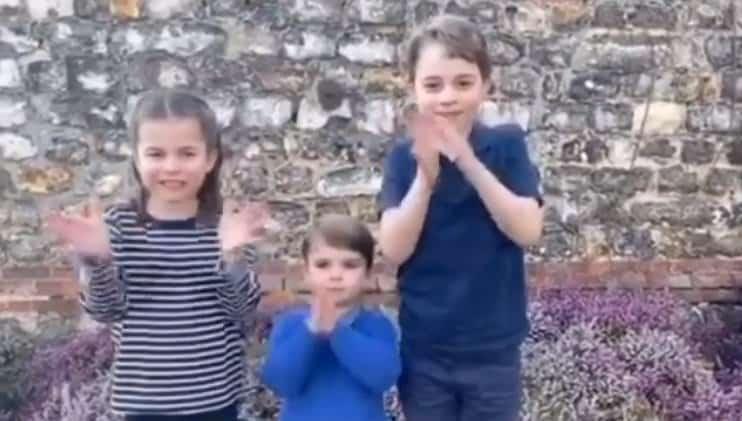 Príncipe George e os irmãos aplaudindo profissionais de saúde