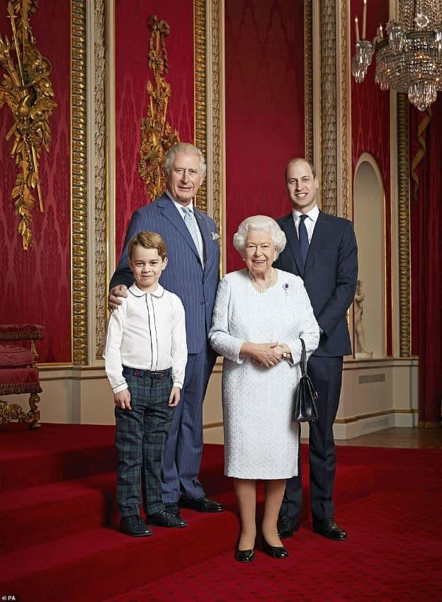Príncipe George com sua bisavó, a Rainha Elizabeth, em foto rara