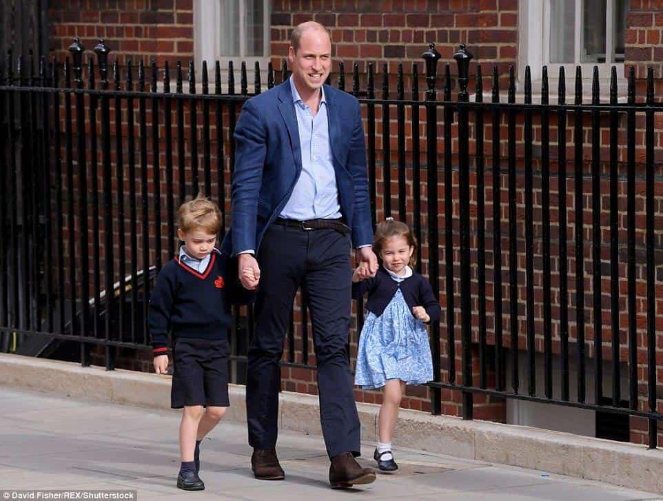 O príncipe William levou o príncipe George e a princesa Charlote para ver o novo irmãozinho