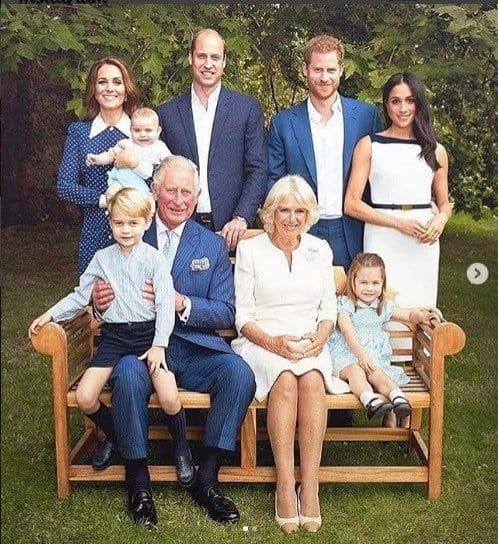 Nessa foto da família Real a duquesa Kate Middleton com o príncipe Louis no colo
