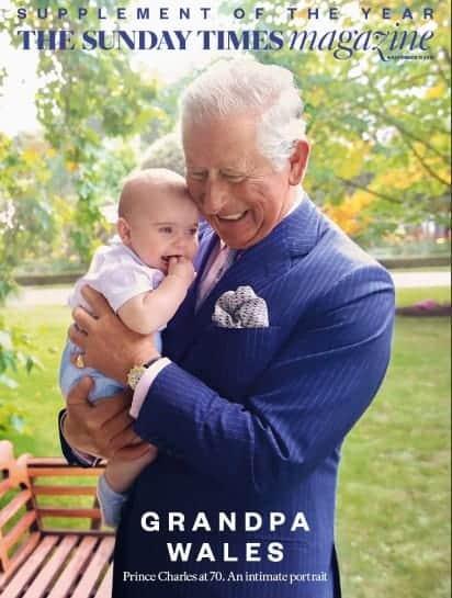 No colo do vovô príncipe Charles o bebê Louis