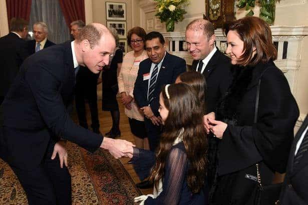 Durante evento o Príncipe William conversa com as filhas do Primeiro Ministro de Malta