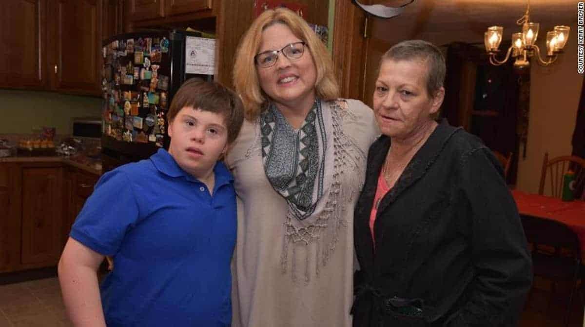 Jake junto com a mãe e a professora