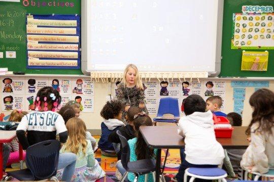 Professora dando aulas para os alunos
