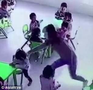 Esse foi o momento em que a professora puxou a cadeira da aluna