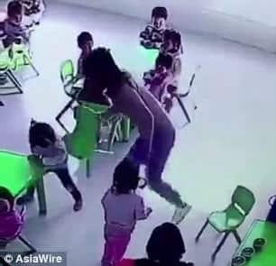 Mais uma imagem da professora puxando a cadeira da aluna