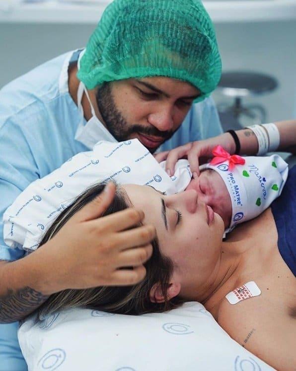 Projota ao lado da filha recém-nascida e da esposa