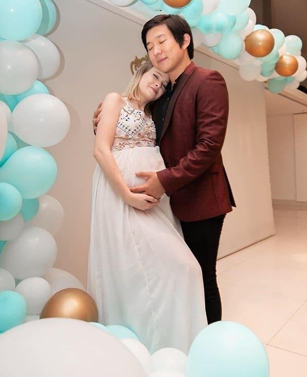 Pyong Lee com sua esposa no chá de bebê do filho deles