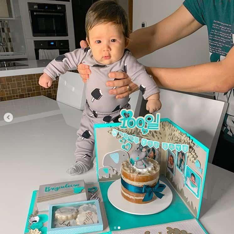 Filho de Pyong Lee celebrando seu aniversário de 100 dias