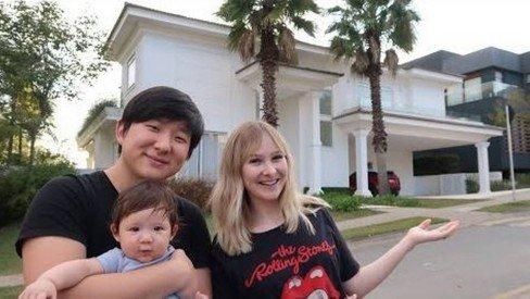 Pyong Lee, Sammy e Jake em frente a sua mansão