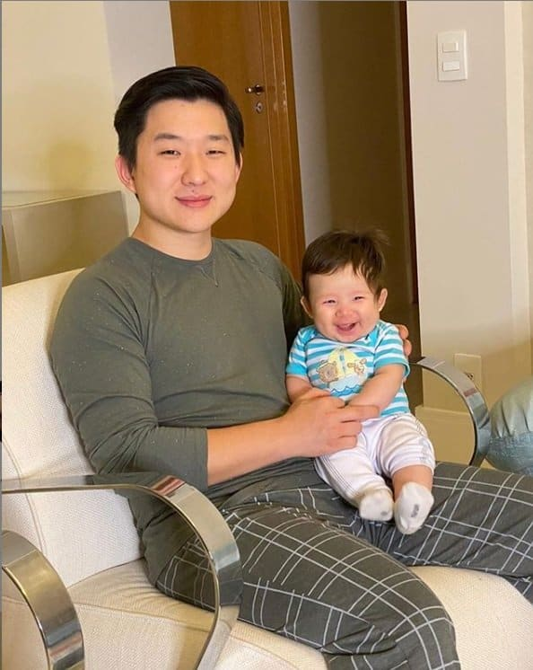 O ex-BBB Pyong Lee com seu filho Jake