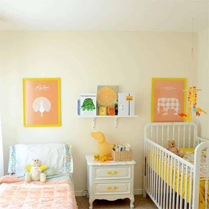 Quarto de bebê em tons de amarelo é opção para um casal de irmãos
