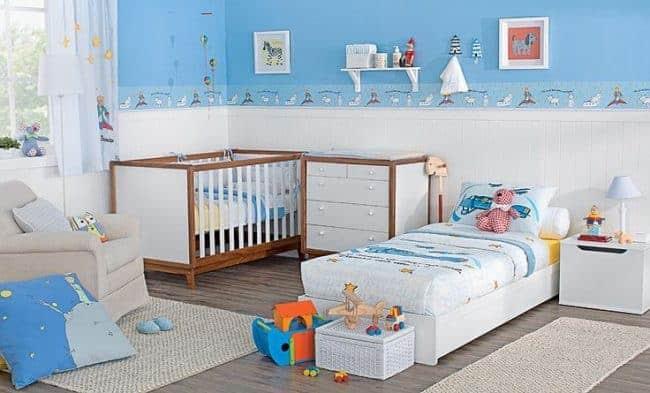 Quarto de bebê azul é opção para dois irmãos