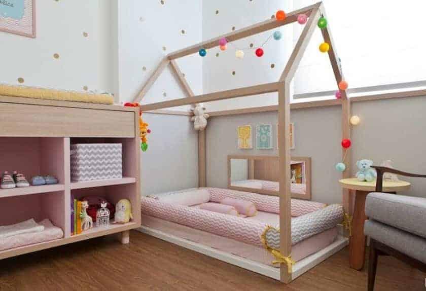Fofo exemplo de quarto de bebê montessoriano