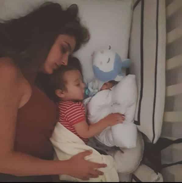 O bebê Rocco domingo no berço com sua mãe Rafa Brittes