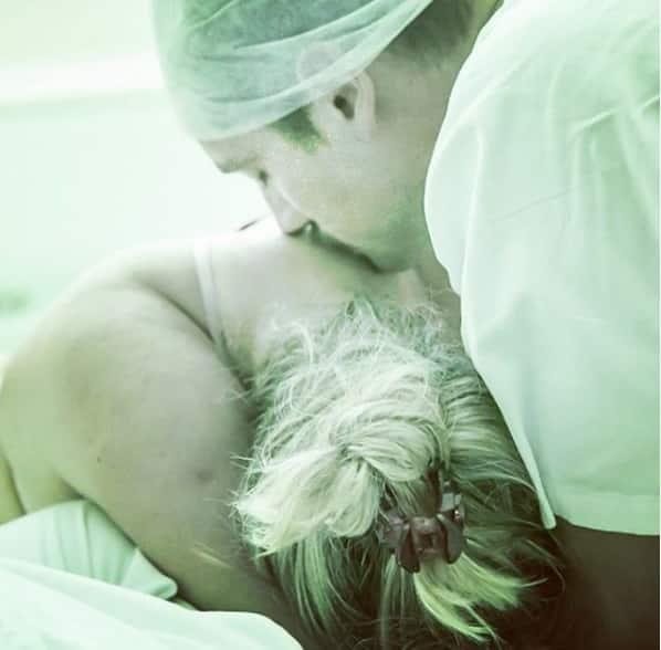 Rafael Cardoso compartilhou essa imagem de Mari Bridi durante o trabalho de parto do bebê Valentim