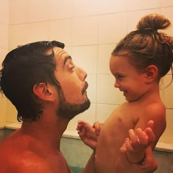 Mariana Bridi registrou o momento fofo entre Rafael Cardoso e sua filha Aurora