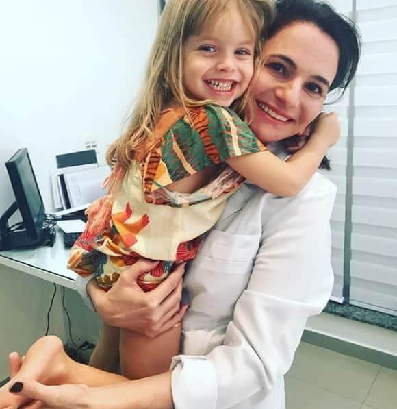 O ator Rafael Cardoso publicou essa imagem de sua filha Aurora com a dermatologista